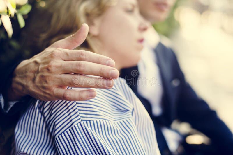 Homme consolant une amie de renversement photographie stock libre de droits