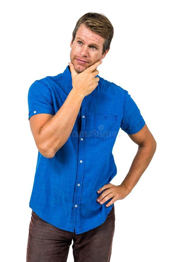Homme contemplé avec la main sur le menton photographie stock