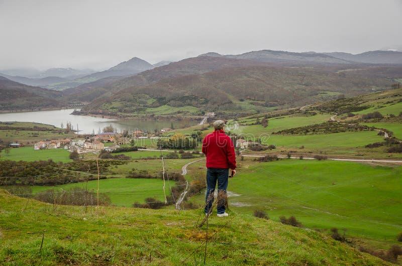 Homme contemplant des vues de Vañes Palencia photo stock