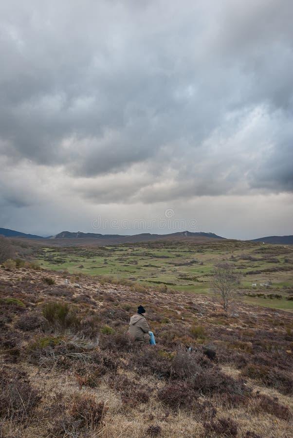 Homme contemplant la beaut? de la montagne de Palencia images stock