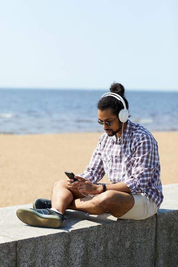Homme contemporain à la plage images libres de droits