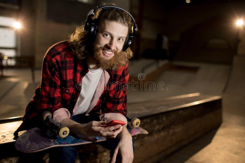 Homme contemporain écoutant la musique image stock