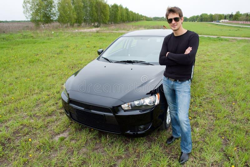 Homme contre le véhicule photos stock