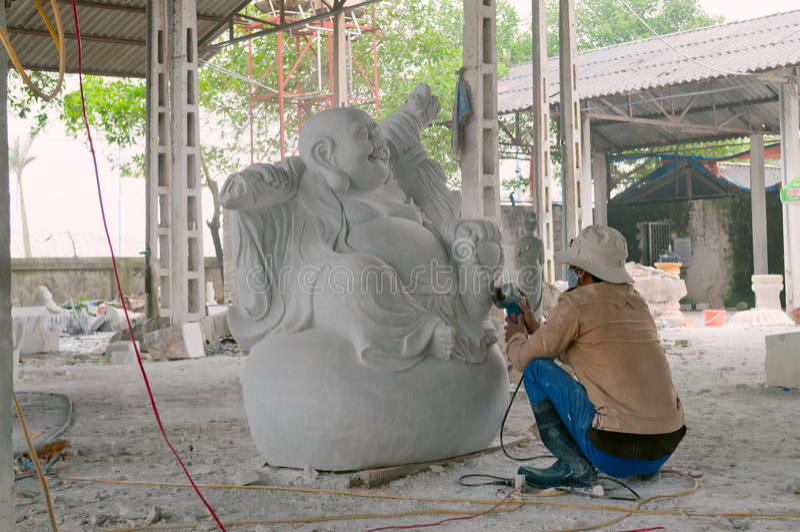 Homme créant la sculpture de marbre en Bouddha. Vietnam image libre de droits