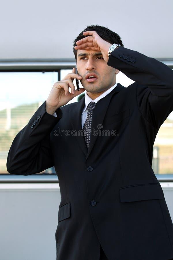 Homme déçu au téléphone photos stock