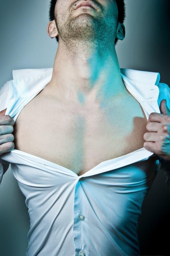 Homme déchirant sa chemise images stock