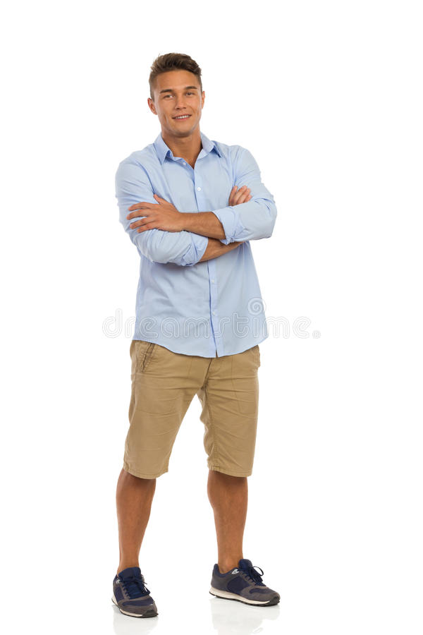 Homme décontracté avec des bras croisés photos stock
