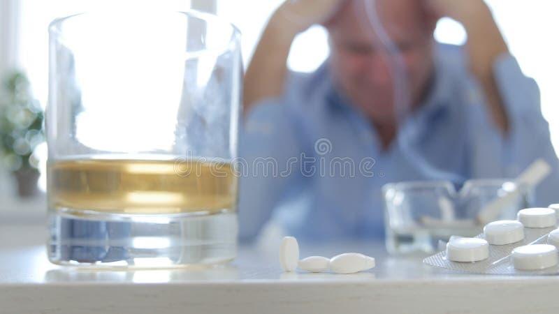 Homme déprimé et désillusionné après abus des drogues et de l'alcool photo libre de droits