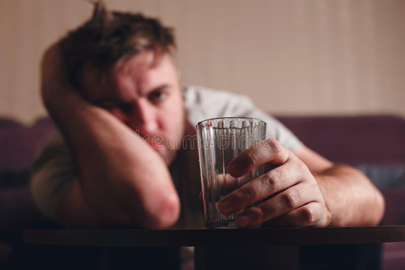 Homme déprimé par gueule de bois après avoir dur bu photos stock