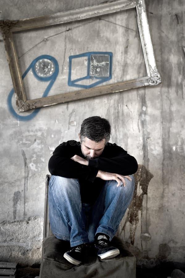 Homme déprimé s'asseyant sur une chaise photographie stock libre de droits