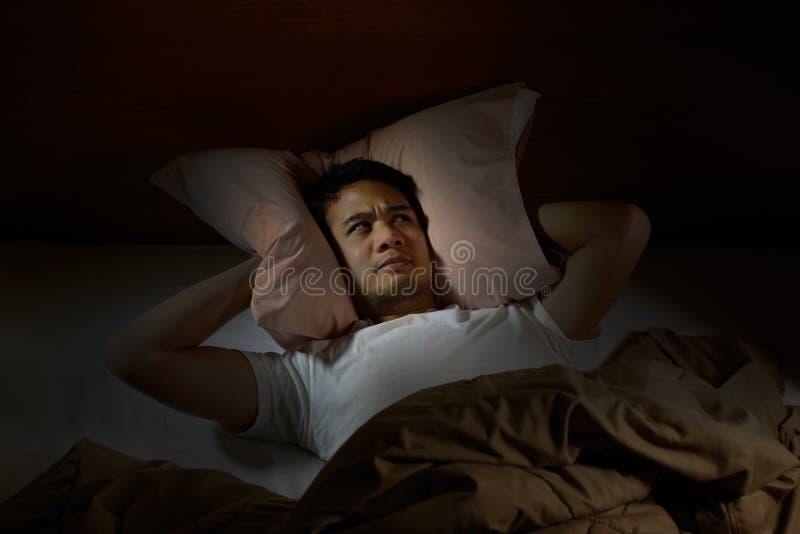 Homme déprimé souffrant de l'insomnie photographie stock libre de droits
