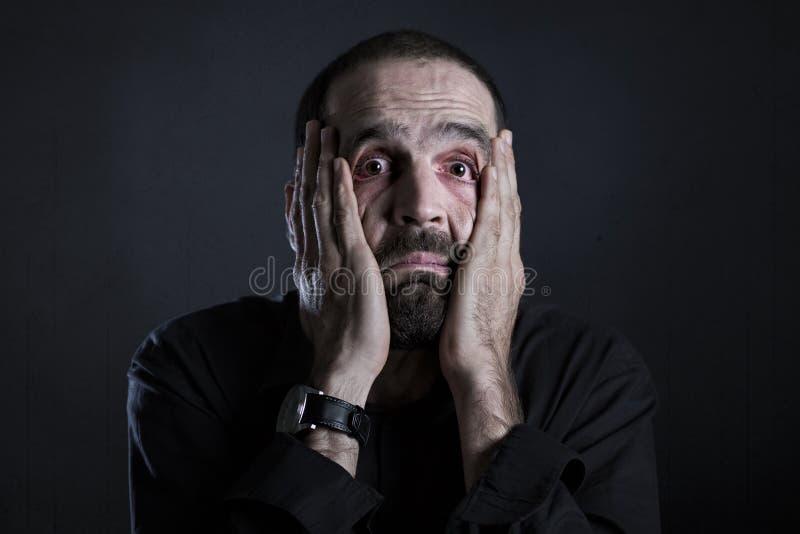 Homme désespéré semblant épuisé et fatigué images stock
