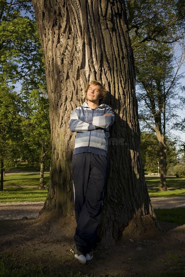 Homme détendant à l'extérieur photographie stock libre de droits
