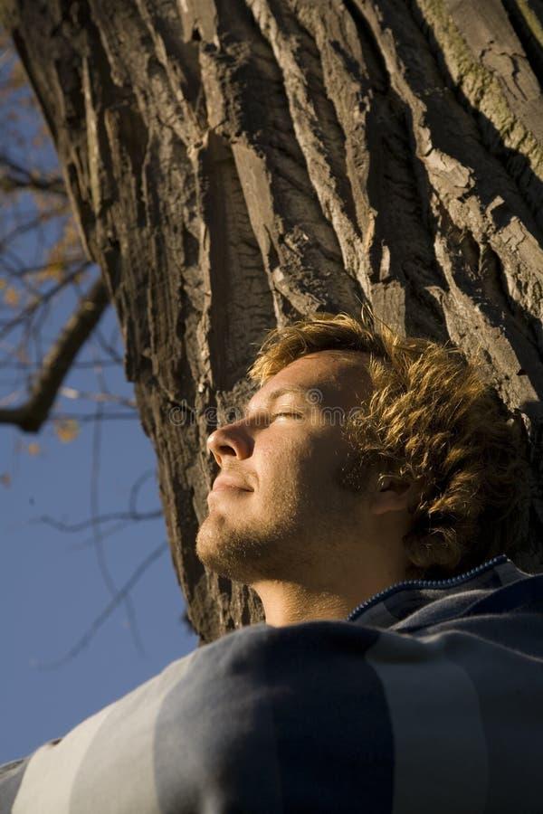 Homme détendant à l'extérieur photo stock