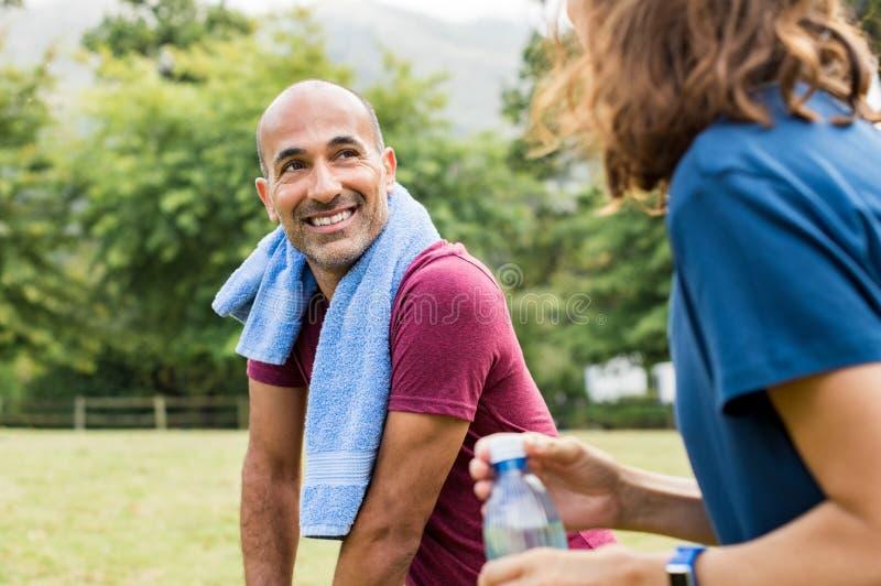Homme détendant après séance d'entraînement image libre de droits