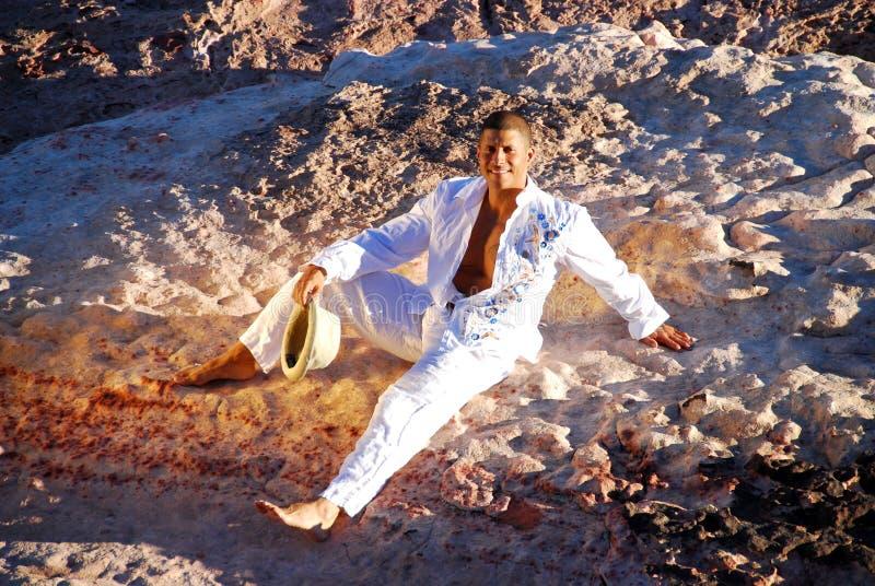 Homme détendant au soleil. photographie stock libre de droits