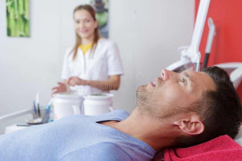 Homme détendant avant massage et traitement de station thermale photo stock