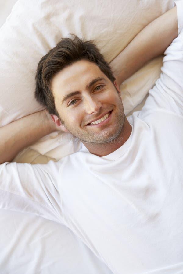 Homme détendant dans le bâti photo libre de droits