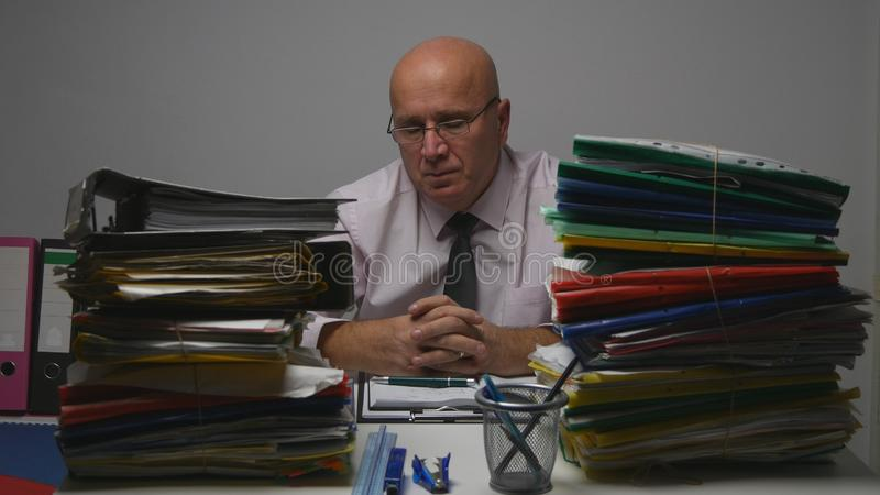 Homme d'affaires à Archive Room Tired et dossiers de Depressed Person Studying Company images stock