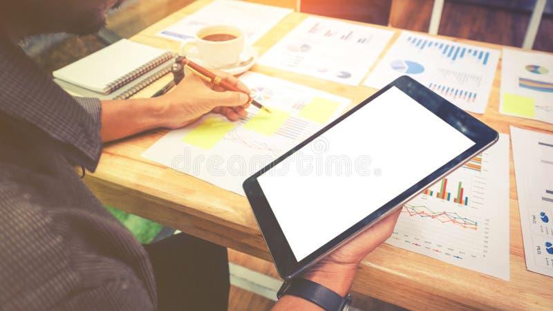 Homme d'affaires à l'aide de l'écran vide de comprimé avec le diagramme de rapport images stock