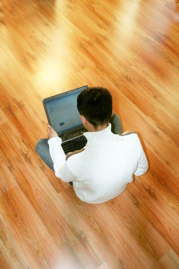 Homme d'affaires à l'aide de l'ordinateur portatif image libre de droits