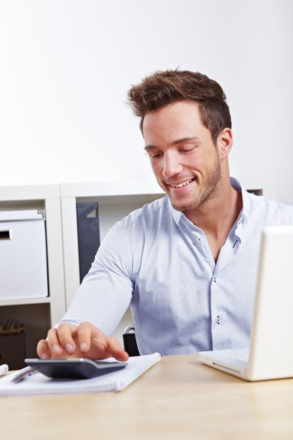 Homme d'affaires à l'aide de la calculatrice image stock