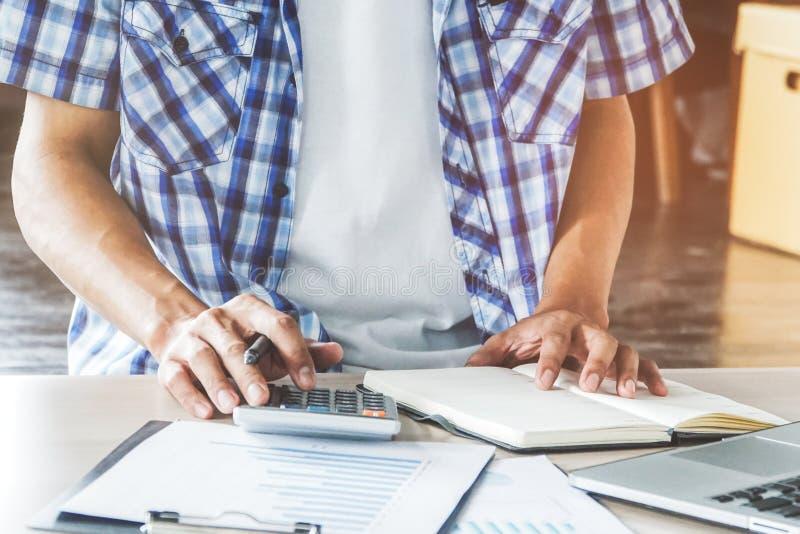 homme d'affaires à l'aide de la calculatrice et préparant l'impôt photographie stock