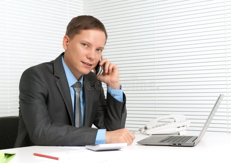Homme d'affaires à l'aide du téléphone portable photo libre de droits