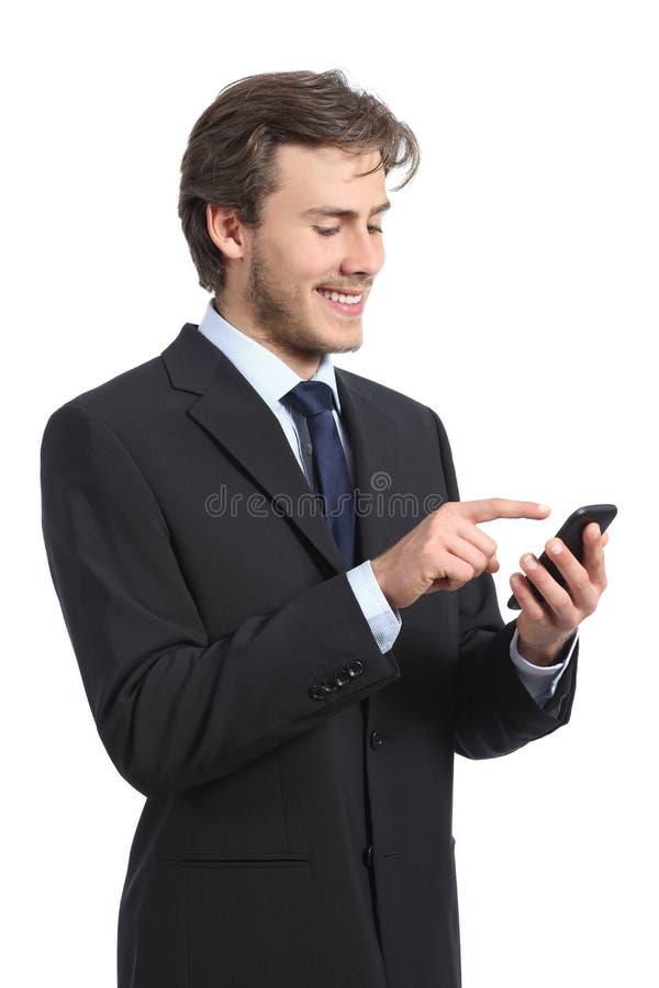 Homme d'affaires à l'aide et regardant du téléphone intelligent image stock