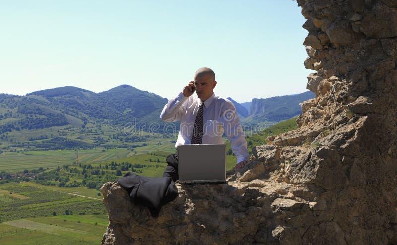 Homme d'affaires à l'extérieur photos libres de droits