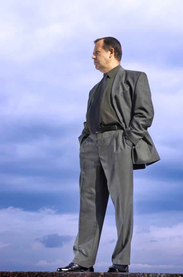 Homme d'affaires à l'extérieur photographie stock libre de droits