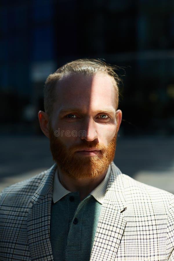 Homme d'affaires à l'ombre photo libre de droits