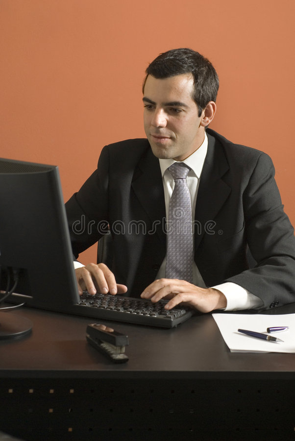 Homme d'affaires à l'ordinateur - verticale photographie stock libre de droits
