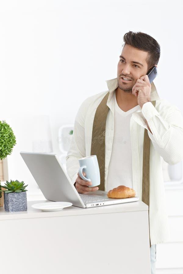 Homme d'affaires à la maison pendant le matin images stock