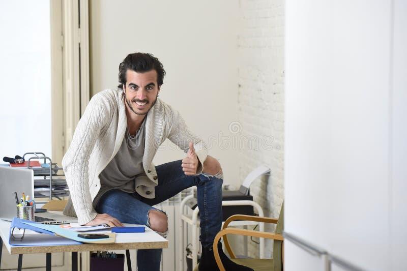 Homme d'affaires à la mode bel de style d'étudiant ou de hippie portant la pose battue de jeans de denim d'entreprise photographie stock libre de droits