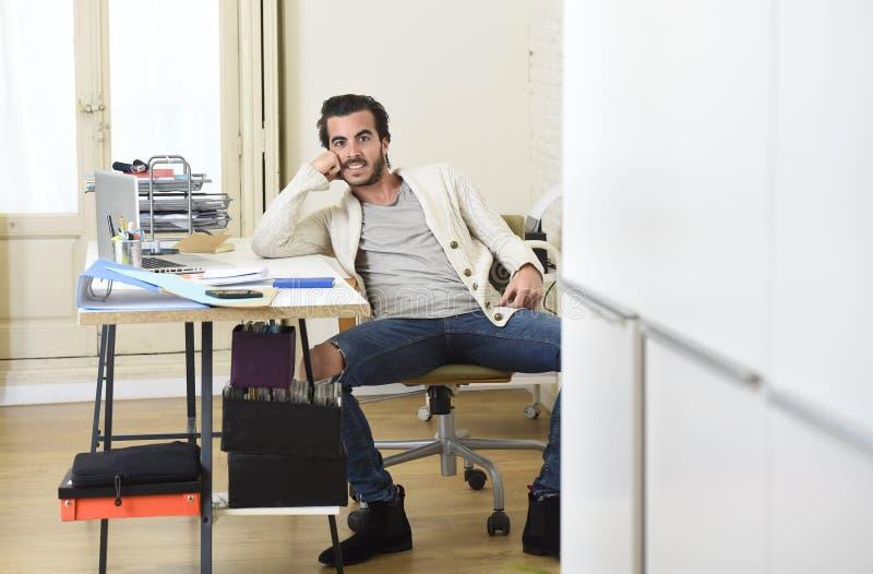 Homme d'affaires à la mode bel de style d'étudiant ou de hippie portant la pose battue de jeans de denim d'entreprise images stock
