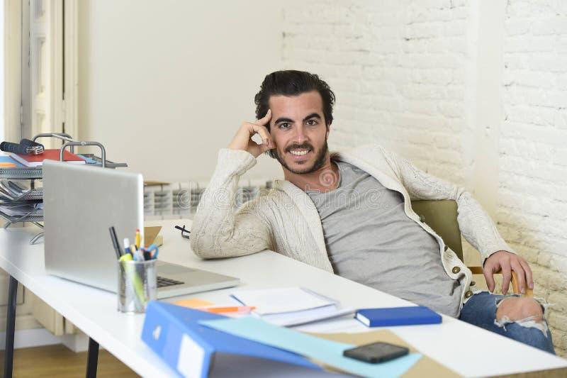 Homme d'affaires à la mode bel de style d'étudiant ou de hippie portant la pose battue de jeans de denim d'entreprise images libres de droits