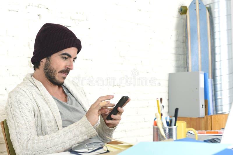 Homme d'affaires à la mode utilisant l'Internet au téléphone portable dans le concept indépendant d'affaires photo libre de droits