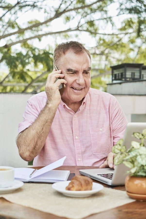 Homme d'affaires ?g? parlant au t?l?phone photos libres de droits