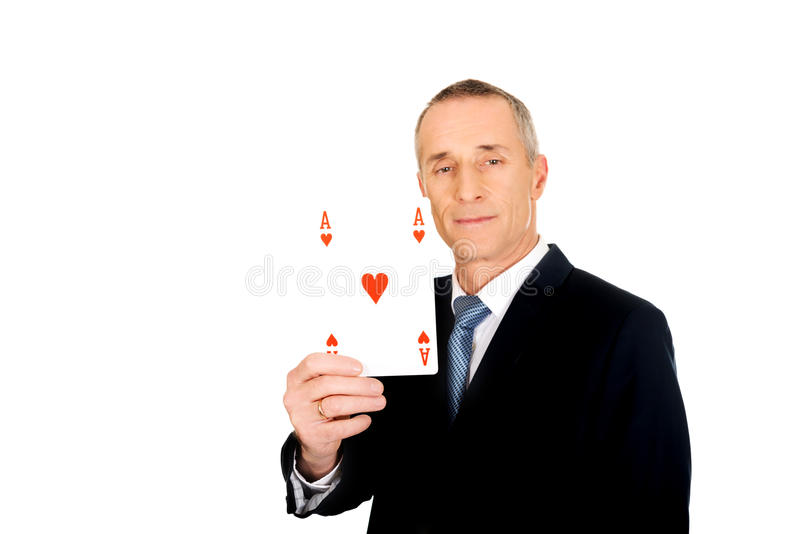 Homme d'affaires élégant avec la carte rouge d'as images stock