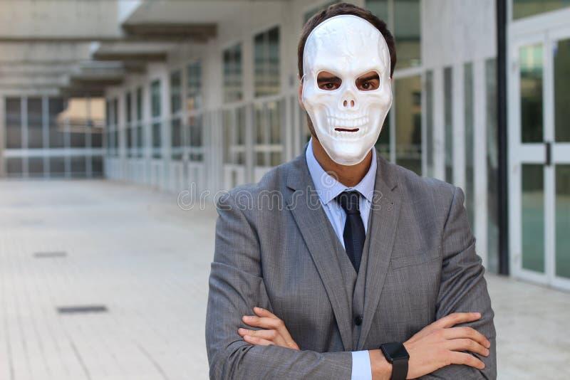 Homme d'affaires élégant portant un masque horrible images stock