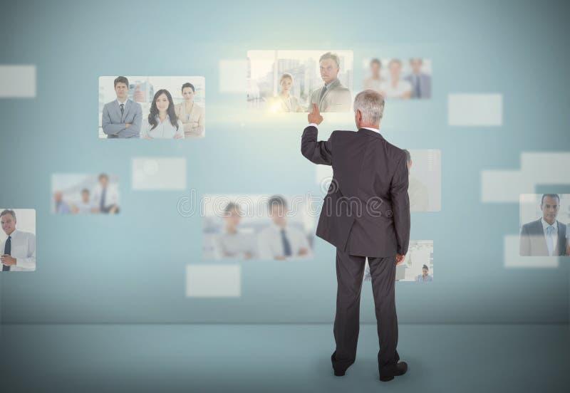 Homme d'affaires élégant sélectionnant l'interface futuriste photo stock