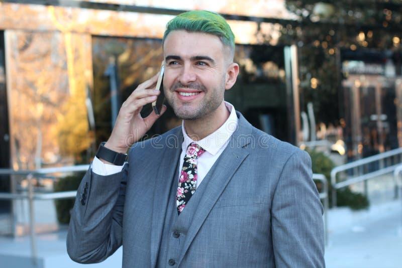 Homme d'affaires énervé appelant par le téléphone image stock