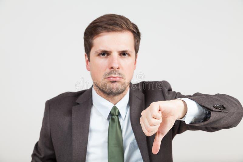 Homme d'affaires étant en désaccord avec le coup vers le bas images libres de droits