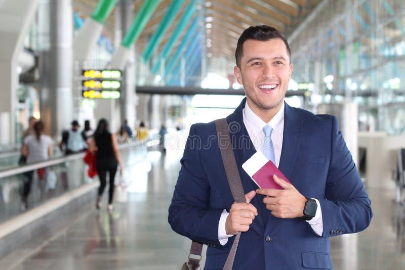Homme d'affaires étranger heureux avec son permis de travail juridique image libre de droits