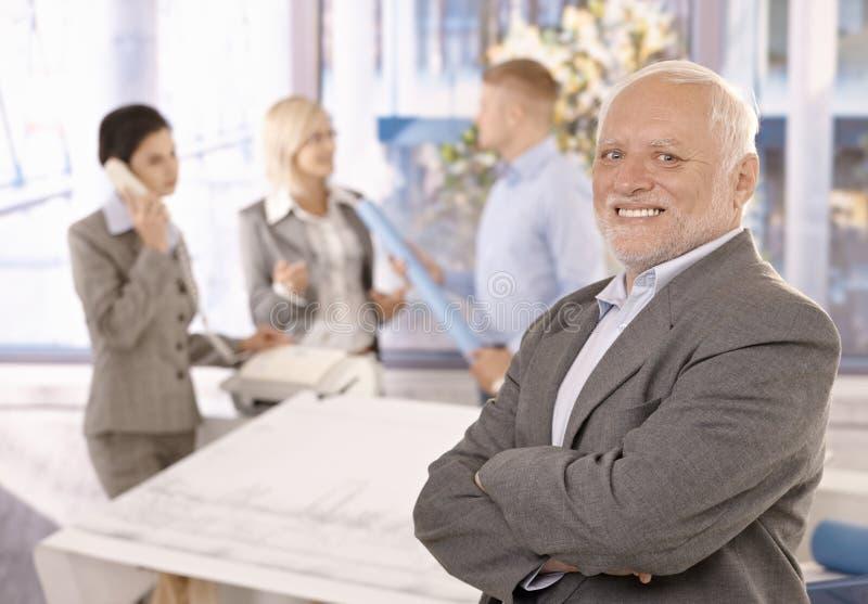 Homme d'affaires aîné de sourire fier avec l'équipe images libres de droits