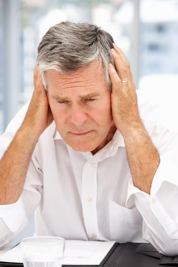 Homme d'affaires aîné malheureux photo libre de droits