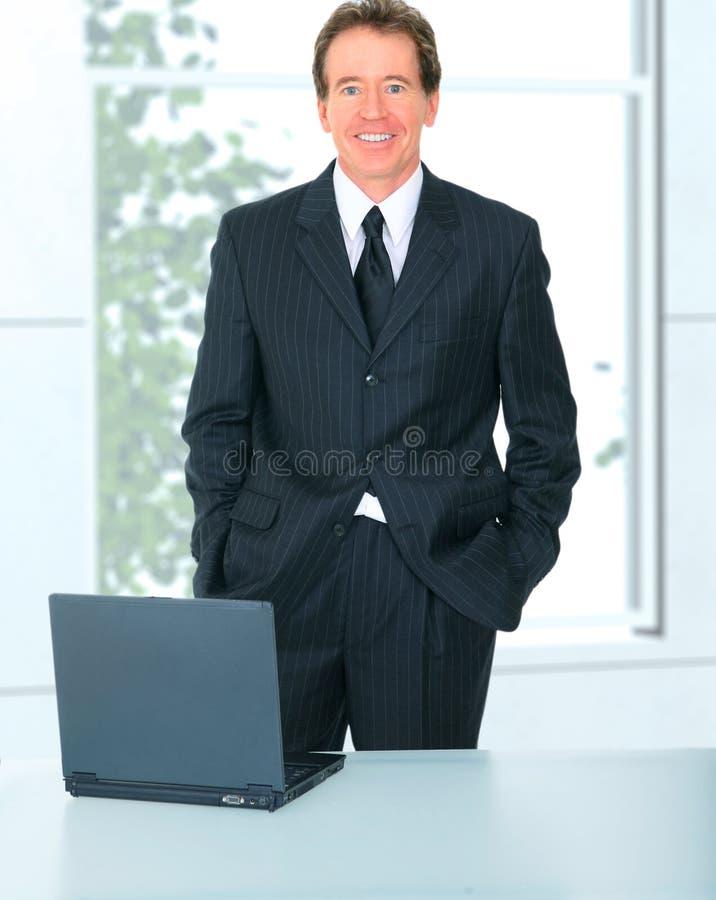 Homme d'affaires aîné réussi dans le bureau image libre de droits