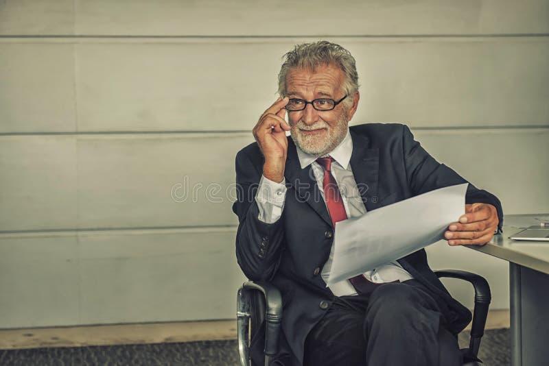 Homme d'affaires aîné travaillant dans le bureau images libres de droits