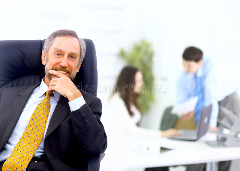 Homme d'affaires aboutissant une équipe photo stock